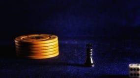 Microplaquetas de pôquer e rei da xadrez Fotografia de Stock