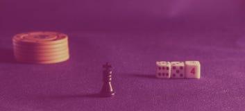 Microplaquetas de pôquer e rei da xadrez Fotos de Stock Royalty Free