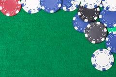 Microplaquetas de pôquer em um fundo da tabela verde Foto de Stock