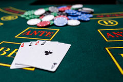 Microplaquetas de pôquer em uma tabela no casino Foto de Stock