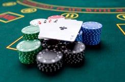 Microplaquetas de pôquer em uma tabela no casino Fotografia de Stock