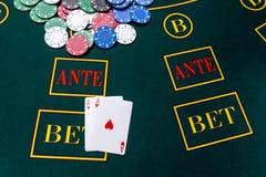 Microplaquetas de pôquer em uma tabela no casino Fotos de Stock Royalty Free