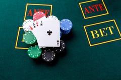 Microplaquetas de pôquer em uma tabela no casino Imagens de Stock