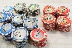 Microplaquetas de pôquer multicoloridos no fundo branco Fotografia de Stock