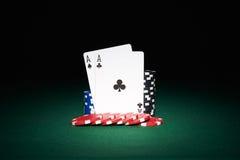 Microplaquetas de pôquer na tabela com cartões dos áss Imagem de Stock Royalty Free