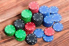Microplaquetas de pôquer sobre o fundo de madeira Imagens de Stock