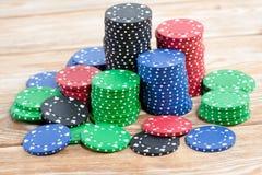Microplaquetas de pôquer sobre o fundo de madeira Fotografia de Stock
