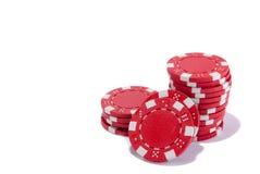 Microplaquetas de pôquer vermelhas isoladas perto acima da perspectiva fotos de stock royalty free