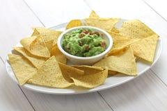 Microplaquetas de tortilha com mergulho do guacamole Fotografia de Stock