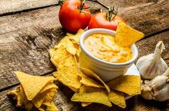 Microplaquetas de tortilha com mergulho do tomate e do queijo-alho Fotografia de Stock