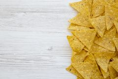 Microplaquetas de tortilha na tabela de madeira branca, vista superior Alimento mexicano fotos de stock royalty free
