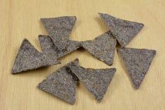 Microplaquetas de Tortilla azuis do milho fotos de stock royalty free