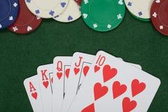 Microplaquetas de vencimento da mão e do casino de pôquer Imagens de Stock Royalty Free