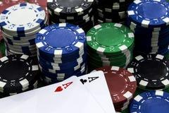 Microplaquetas do cartão e de pôquer Fotos de Stock Royalty Free