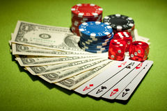 Microplaquetas do casino e fundo do dinheiro Imagem de Stock
