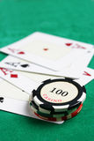 Microplaquetas do casino e quatro ás Fotos de Stock