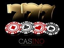 Microplaquetas do casino e sinais do slot machine no fundo preto, ilustração 3d Foto de Stock