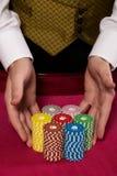 Microplaquetas do casino em uma tabela Imagem de Stock