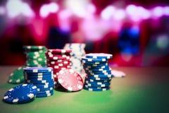 Microplaquetas do casino na tabela de jogo Imagens de Stock