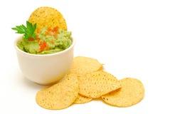 Microplaquetas do Guacamole e de milho isoladas Foto de Stock Royalty Free