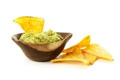 Microplaquetas do Guacamole e de tortilla imagem de stock royalty free