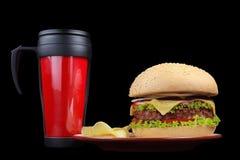 Microplaquetas do hamburguer e de batata em uma placa Imagens de Stock