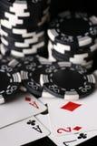 Microplaquetas do jogo e as mãos as mais ruins e melhores possível Foto de Stock