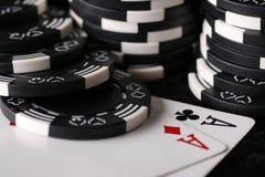Microplaquetas do jogo e mão de póquer melhor possível Imagens de Stock Royalty Free