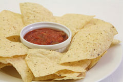 Microplaquetas do Nacho com salsa Foto de Stock Royalty Free