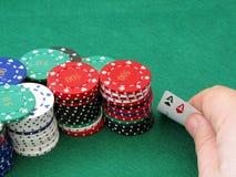 Microplaquetas do póquer & pares de ás à disposicão Imagens de Stock