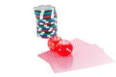 Microplaquetas do póquer, cartões e cubos vermelhos dos dados isolados Imagem de Stock