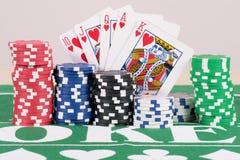 Microplaquetas do póquer com cartões Fotografia de Stock Royalty Free