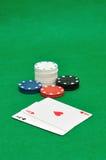 Microplaquetas do póquer e 2 ás Fotografia de Stock