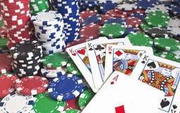 Microplaquetas do póquer e cartões de jogo Foto de Stock Royalty Free