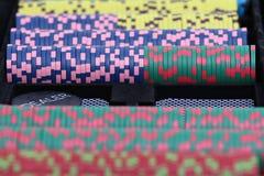 Microplaquetas do póquer e cartões de jogo Fotografia de Stock Royalty Free