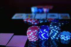 Microplaquetas do póquer e cartões de jogo Imagem de Stock