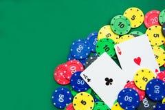 Microplaquetas do póquer e cartões do póquer Imagem de Stock