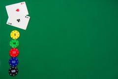 Microplaquetas do póquer e cartões do póquer Fotografia de Stock