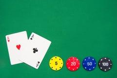 Microplaquetas do póquer e cartões do póquer Fotos de Stock