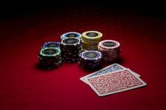 Microplaquetas do póquer e dois cartões Imagens de Stock Royalty Free