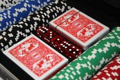 Microplaquetas do póquer e plataformas de cartões Imagem de Stock