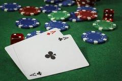 Microplaquetas do póquer e um par de ás Imagens de Stock