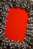 Microplaquetas do póquer no feltro Fotos de Stock Royalty Free