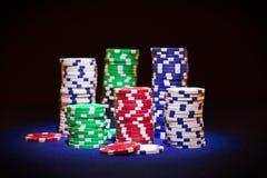 Microplaquetas do póquer no fundo preto Fotografia de Stock