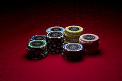 Microplaquetas do póquer no fundo vermelho Imagem de Stock Royalty Free
