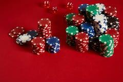 Microplaquetas do póquer no fundo vermelho Grupo de microplaquetas de pôquer diferentes Fundo do casino Imagem de Stock Royalty Free