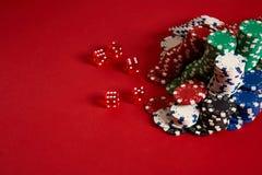 Microplaquetas do póquer no fundo vermelho Grupo de microplaquetas de pôquer diferentes Fundo do casino Imagens de Stock