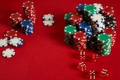 Microplaquetas do póquer no fundo vermelho Grupo de microplaquetas de pôquer diferentes Fundo do casino Fotografia de Stock
