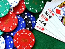 Microplaquetas do póquer e carro da casa cheia na tabela de feltro do verde Imagem de Stock Royalty Free