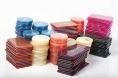 Microplaquetas do póquer no fundo branco Fotos de Stock